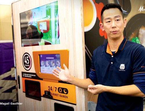 Vending Machine Mie Instant Sajikan Semangkuk Ramen Panas